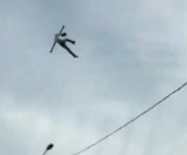 【衝撃映像】エクストリーム自殺?高所から落下した男が地面に叩きつけられる音。