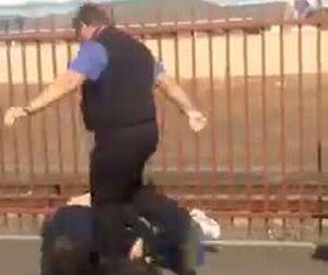 女性に暴力を振るった男が車掌にぼこぼこに!!【動画1本・画像10枚】*