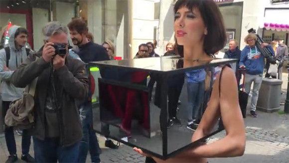 女性特有の部分にミラーボックスをつけ、街頭でおっぱい&娘フラワーを触らせるパフォーマンスを展開(スイス)