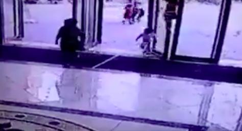 小さな子供が倒れてくるドアの下敷きになる最悪の瞬間【動画】