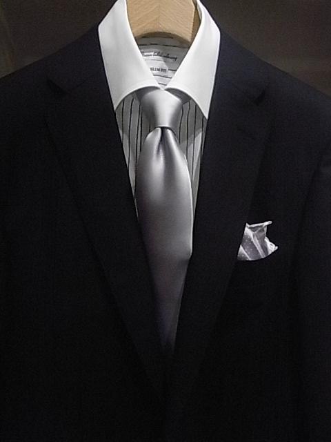 16af1c1eadc87 ブラックスーツに、シルバータイの王道スタイル。シャツはホワイトならズバリ定番ですが、ここは変化を付けてクレリックシャツなんかもOKです。