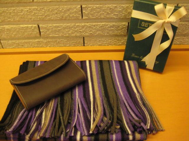 a268c6e3b1f8e マフラーはカジュアルにもドレススタイルにも使えそうな柄で毎年男性のお客様にもご好評頂いております。その上のお財布は、、、。