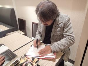 本にサイン