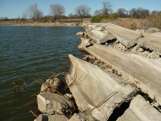 極悪、コンクリート堤防