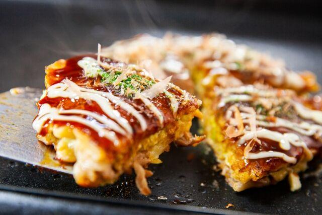 関西人「こいつお好み焼きをピザ状にカットしたアアアアアア!!」