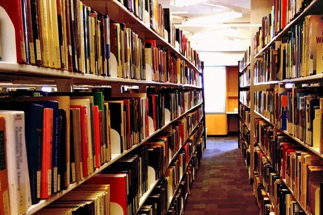 図書館で延々とひそひそ話している奴wwwwww