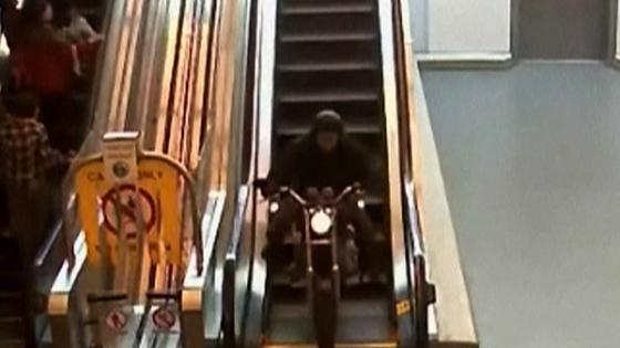 警察に追われたバイクがショッピングモールを爆走し逃げ切る カナダ