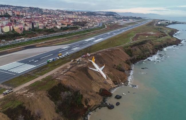 【画像有り】滑走路を外れて海に落ちかけた旅客機が想像以上にヤバイ