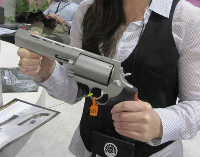 ショットガンの弾が撃てる拳銃w