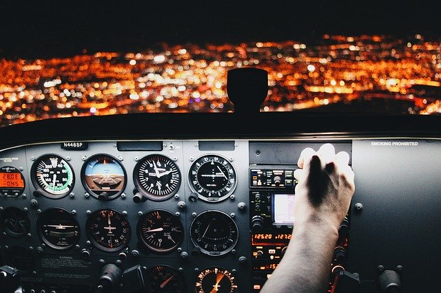 飛行機ってさぁパイロットが「キチゲ溜まってきたな自殺すっか!w」ってなったら