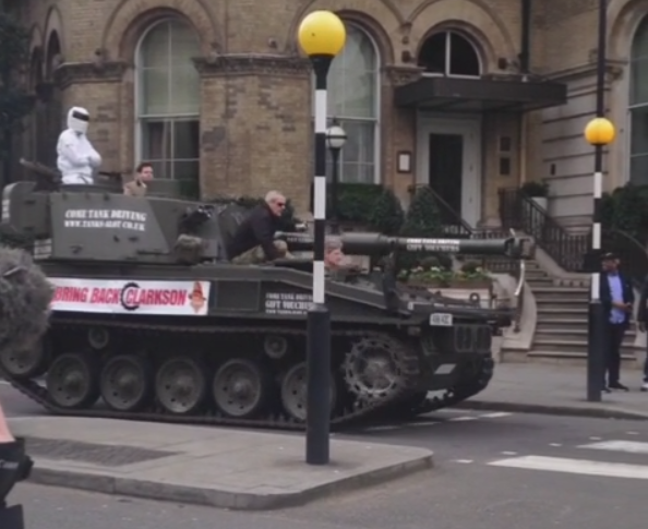 「トップ・ギアの司会者を戻せ!」 ファンがBBCにFV433アボット自走榴弾砲で乗り付ける