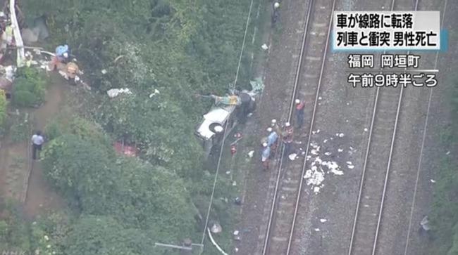 15メートル上の道路から乗用車が線路上に転落し電車と衝突、運転手死亡