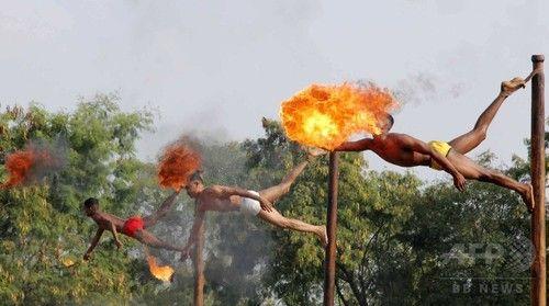 [画像]  インド兵、口から炎を吐く…中印反テロ訓練