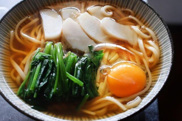 【悲報】 日本人「うどん美味しい!」 イギリス人「ジャップさあ…それもっと美味しい食べ方あるぞ?」