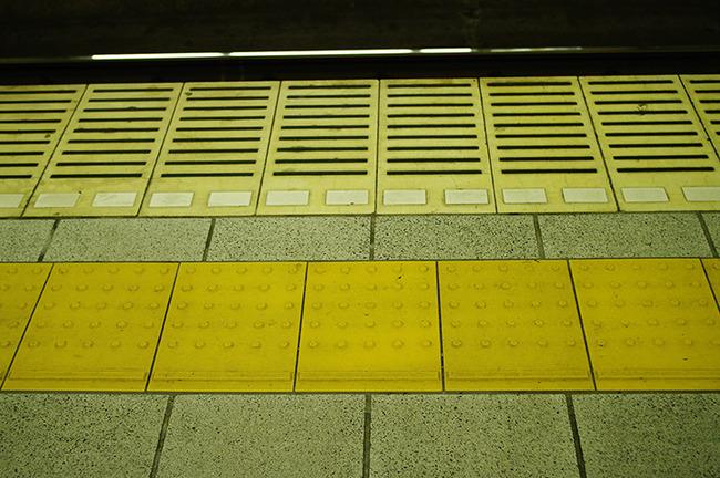 電車待ってるときいきなり二列目三列目作るやつが許せないんやけど