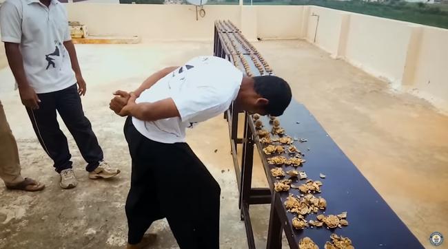 【動画】 インド人がクルミ217個を頭で割りギネス記録