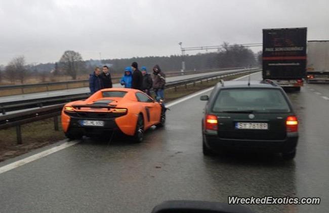[動画]  マクラーレン 650S[3000万円] が雨のハイウェイでクラッシュ!!
