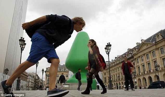 [画像]  広場に設置された芸術作品が「お尻に差し込むモノ」に似ている…パリっ子は憤り