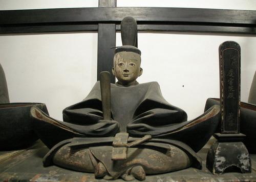 1280px-Ashikaga_Yoshikatsu_statue