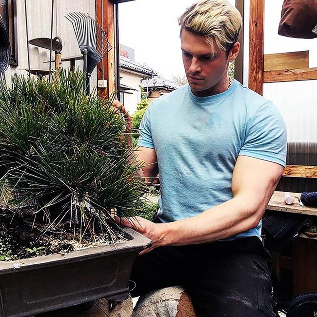 【画像あり】イケメンすぎる庭師、発見される