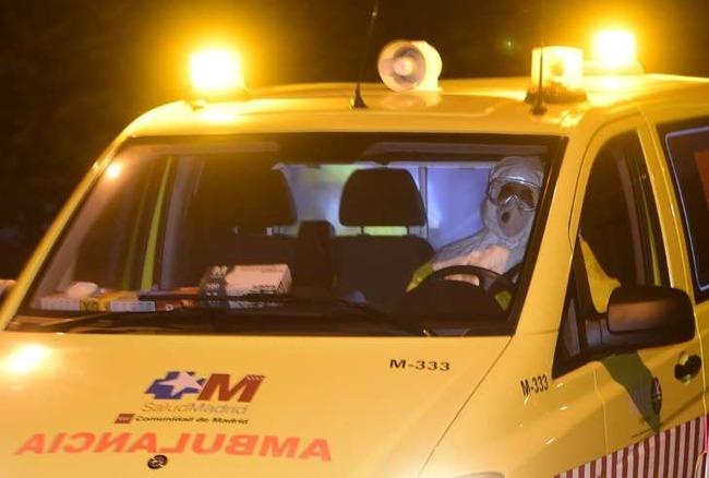 [画像]  エボラ患者を搬送する防護服の医師に付き添う謎の無防備クリップボード男出現で全米騒然