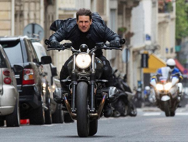 【悲報】トム・クルーズ、ミッションインポッシブル7撮影中バイクで屋根から屋根へ飛び移るシーンで事故