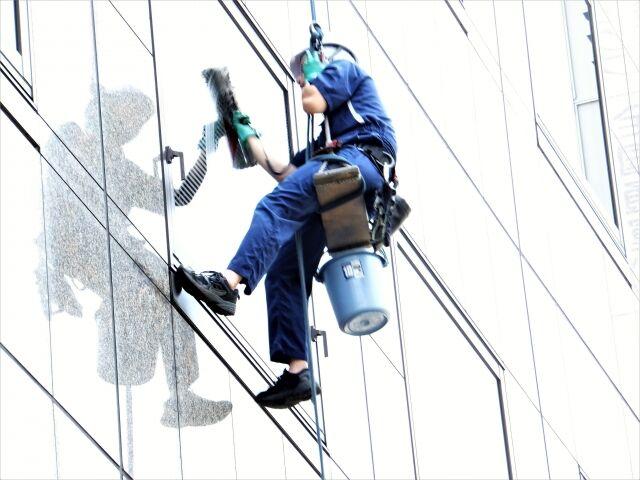 【悲報】 ワイ清掃員、今日はタワマンの窓をふきふきして日給1万円