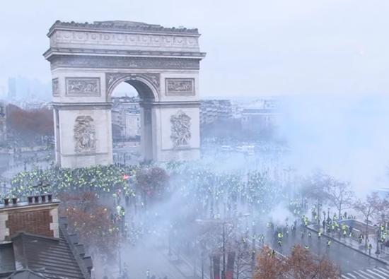 【悲報】 フランス人さん、暴動で燃料税引き上げの阻止に成功してしまう