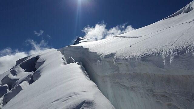 ユーチューバー「氷河の割れ目に落ちてみた」