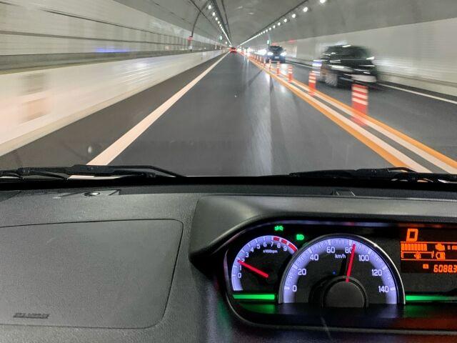 優等生ワイ、高速道路の80キロ表記に従い80キロで走る