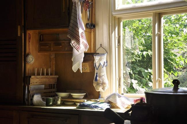 「(ガバッ)あれ?なんで先輩の部屋で寝てるんだろう…」トントントン←朝食を作る音