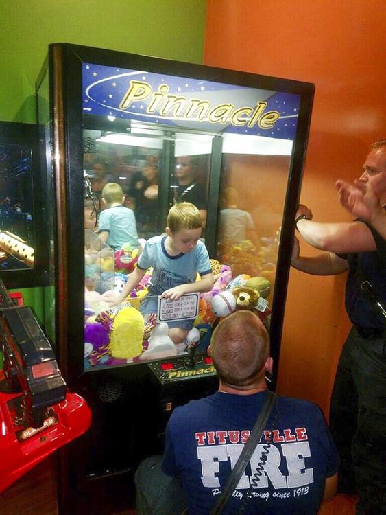 クレーンゲーム機に閉じ込められた少年を非番の消防隊員が救出