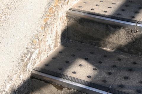 駅の階段で