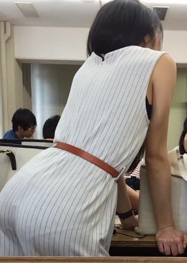 【画像】女子大生さん、講義中なのにプリケツパンティーラインを見せつけてしまうwww グッドルーザーズ