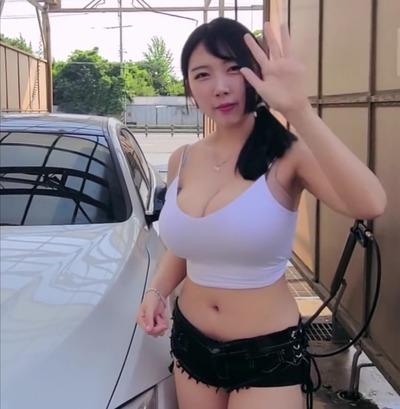 【画像】デカパイyoutuberさん、とんでもなくえちえちな格好で洗車をしてしまうwwww