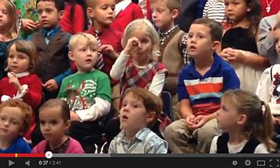 【感動】なんて優しい子なんだ・・・聴覚障害の両親のために手話通訳しながら歌う少女