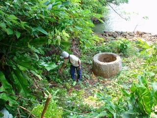 井戸への小道