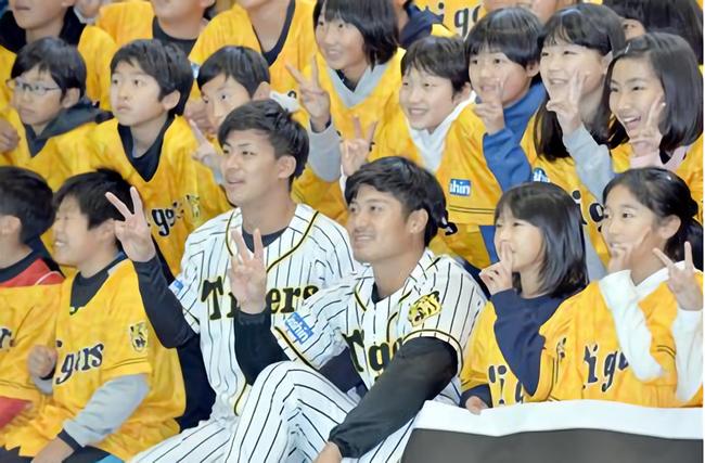 阪神・坂本誠志郎捕手(25)と植田海内野手(22)が小学校を訪問「甲子園に応援に来てください」