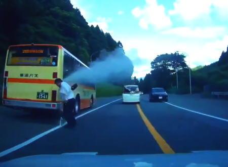 オーバーヒートしてラジエターキャップを開けてしまった東海バスの運転手さん。