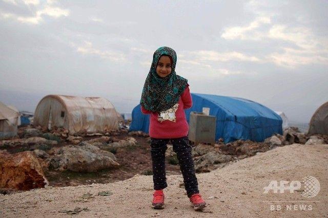 空き缶義足のシリア少女、新しい義足で避難民キャンプを歩行  トルコで治療し帰国