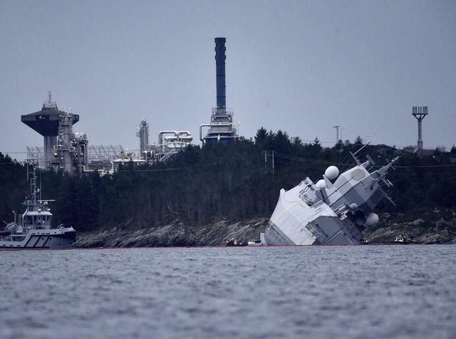 【悲報】ノルウェー海軍のイージス艦、タンカーにぶつけられて沈没寸前