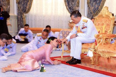 男女の司会者が笑いながら床にはいつくばりタイ国王の結婚式をモノマネ。タイ国民の怒り爆発、テレビ局が謝罪。ドイツ