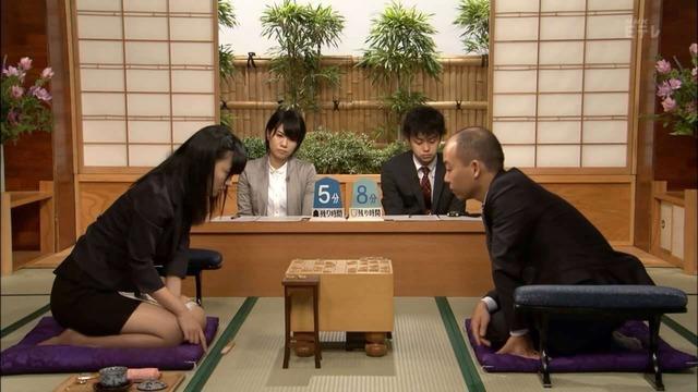 【画像】女流棋士さん、超ミニスカでおじさんを誘惑してしまう