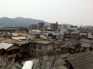 松寿寺から駅を臨む