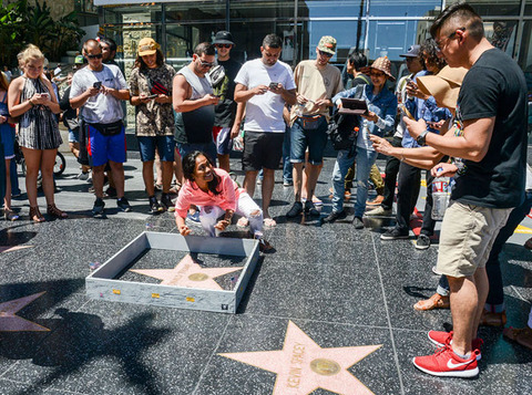 donald-trump-wall-hollywood-walk-of-fame-star-plastic-jesus-11