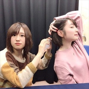 【悲報】上田麗奈さん、キメ角度をつけすぎて、もはや横を向いてしまう