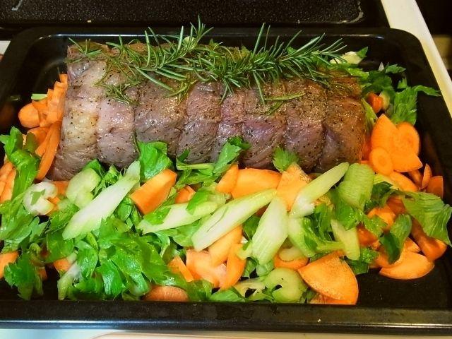 R0045863_牛肉の表面に焼き色をつけ野菜を敷いた天板へ_20111022