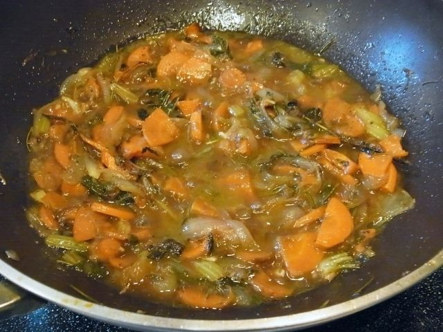 R0045879_香味野菜と肉汁に赤ワインを加え煮立てる_20111022