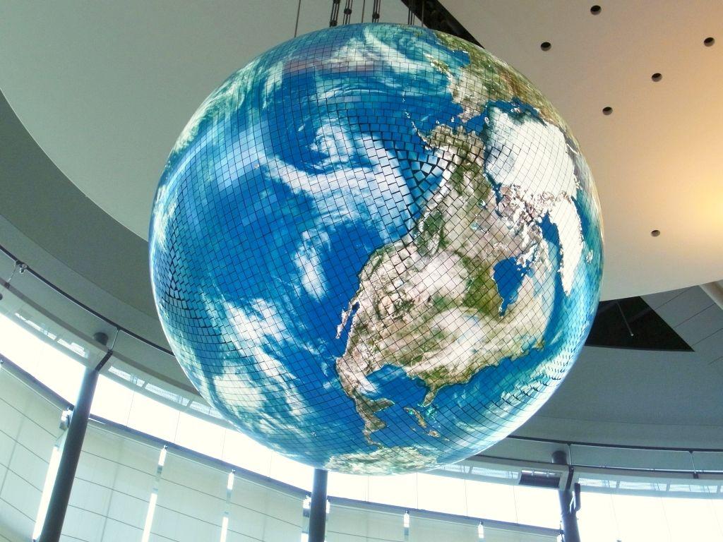 R0055721_日本科学未来館Geo-Cosmos_20130505-s