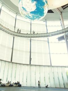R0055720_日本科学未来館3FからGeo-Cosmosを見上げる_20130505